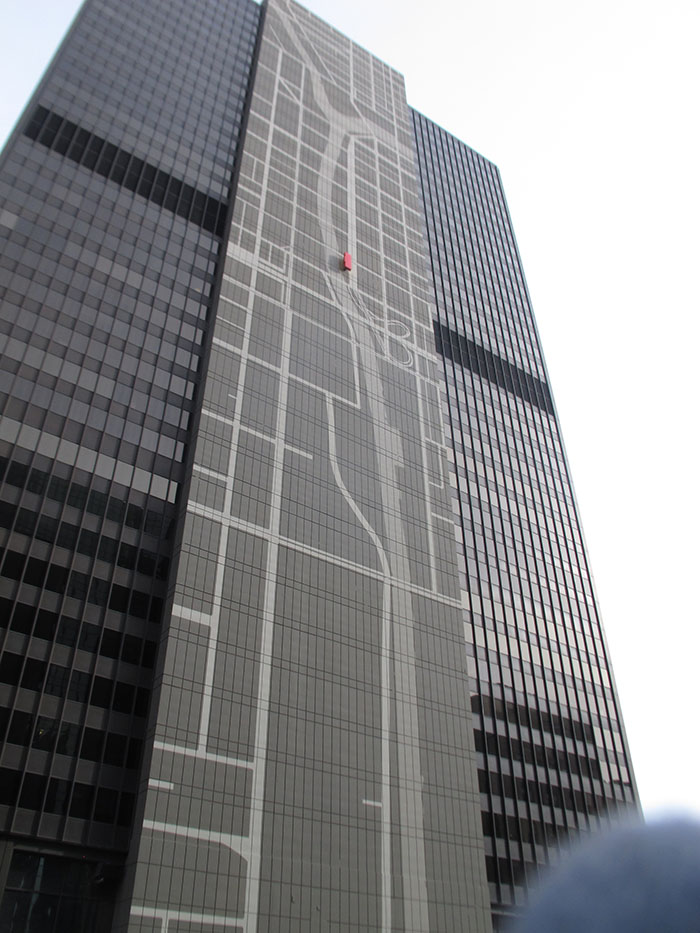 Map of the Chicago River and major roads relate this building to its surroundings.